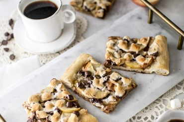 S'mores Apple Dessert Pizza
